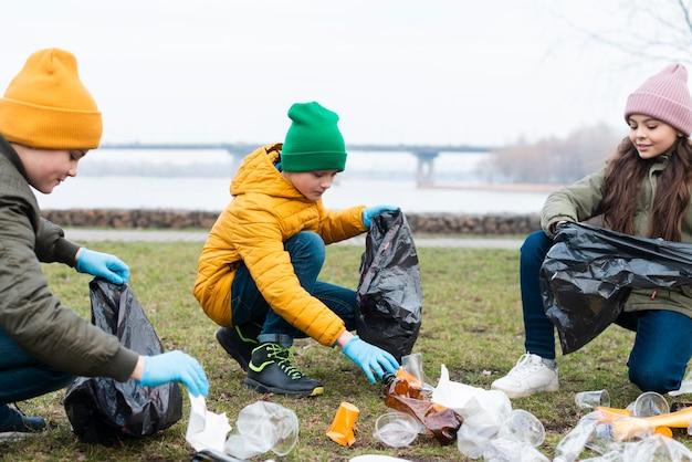 Widok z przodu dzieci recyklingu na ziemi