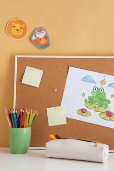 Widok z przodu dziecięcego biurka z tablicą i karteczkami samoprzylepnymi