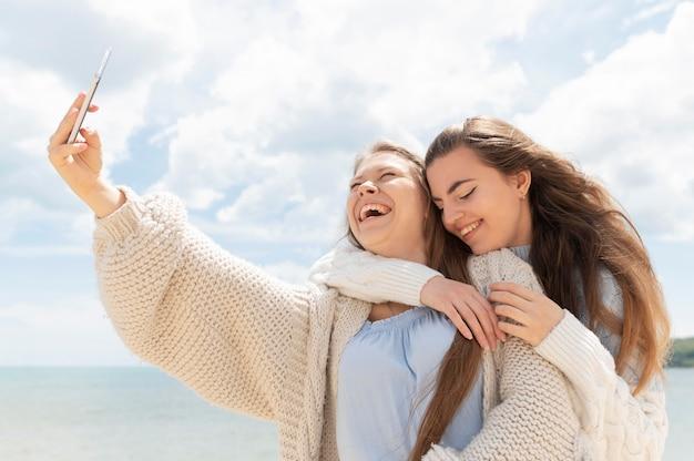 Widok z przodu dziewcząt spędzać czas razem