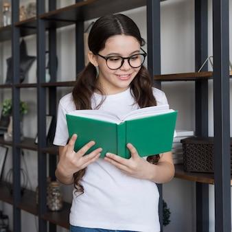 Widok z przodu dziewczyna czytanie
