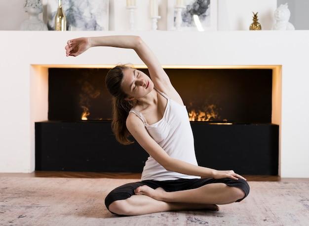 Widok z przodu dziewczyna w pozycji jogi