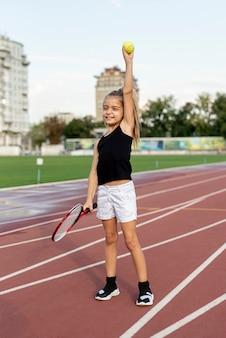Widok z przodu dziewczyny i rakieta tenisowa