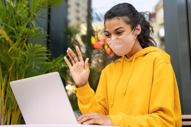 Widok z przodu dziewczyny z maską na ulicy