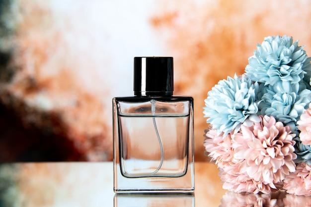 Widok z przodu eleganckich kobiet perfum kolorowych kwiatów na beżowym abstrakcyjnym tle