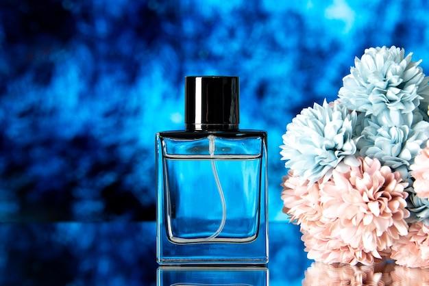 Widok z przodu eleganckich kolorowych kwiatów perfum na niebieskim tle