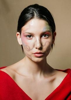 Widok z przodu eleganckiej kobiety z pomalowaną twarzą