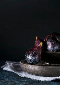 Widok z przodu fig jesiennych na talerzu z miejsca na kopię