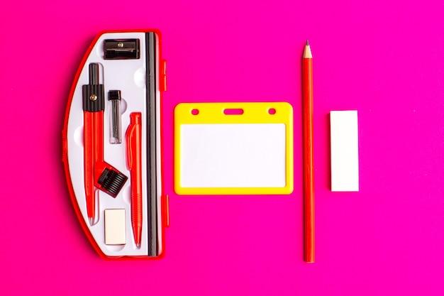 Widok z przodu figury geometryczne z ołówkiem na fioletowej powierzchni