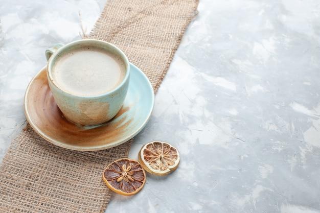 Widok z przodu filiżanka kawy z mlekiem wewnątrz kubek na lampce biurko napój kawowy biurko z mlekiem espresso americano