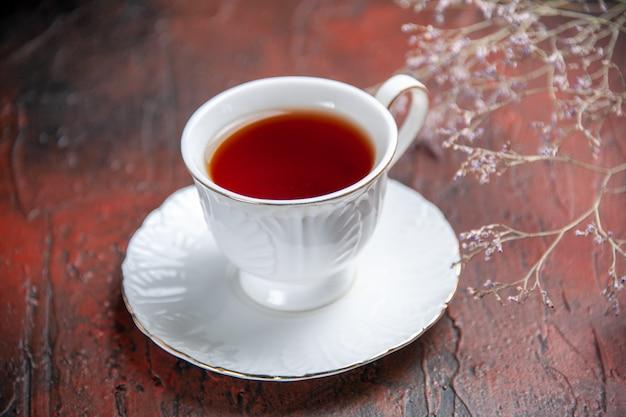Widok z przodu filiżankę herbaty na ciemnym tle