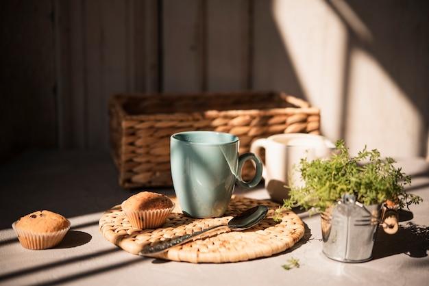 Widok z przodu filiżankę kawy z babeczkami