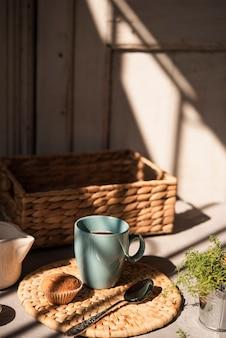 Widok z przodu filiżankę kawy z muffinem