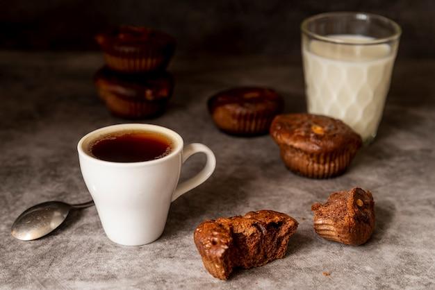 Widok z przodu filiżanki kawy z babeczkami