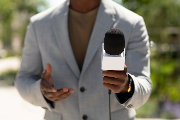 Widok z przodu formalny dziennikarz męski