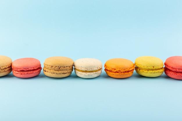 Widok z przodu francuskie macarons pyszne i pieczone ciastka biszkoptowe cukier słodkie