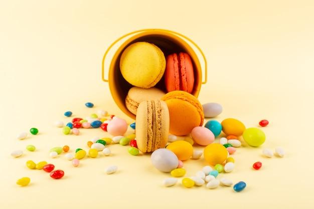 Widok z przodu francuskie macarons pyszne i pieczone ciasto biszkoptowe cukier kandyzowany