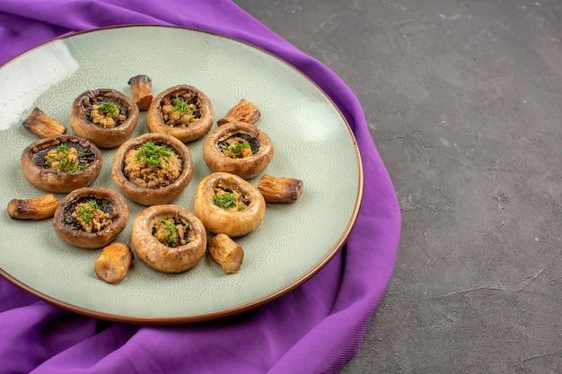 Widok z przodu gotowane grzyby wewnątrz talerza na fioletowym talerzu na chusteczki posiłek grzyby obiad gotowanie