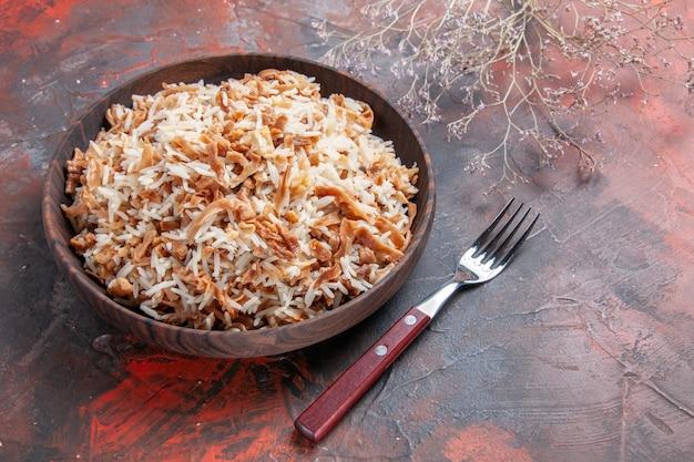 Widok z przodu gotowany ryż z plastrami ciasta na ciemnej podłodze zdjęcie danie posiłek ciemne jedzenie