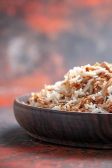 Widok z przodu gotowany ryż z plastrami ciasta na ciemnej powierzchni danie posiłek ciemne zdjęcie żywności