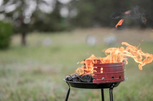 Widok z przodu grilla na zewnątrz z miejsca na kopię
