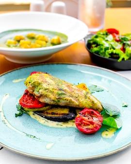 Widok z przodu grillowana pierś kurczaka z sosem i grillowanymi warzywami