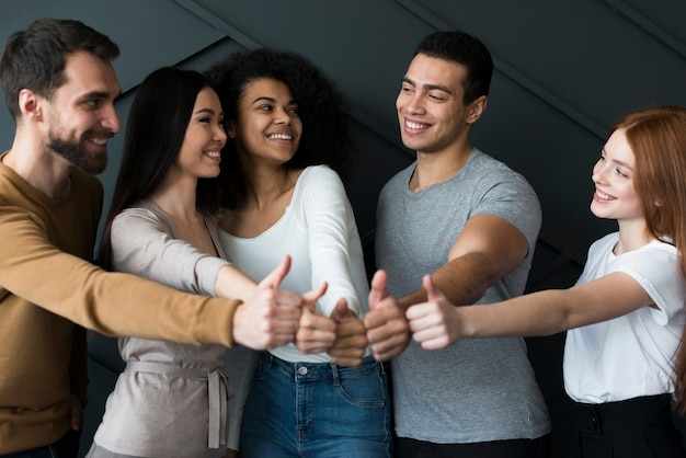 Widok z przodu grupa ludzi z kciuki do góry