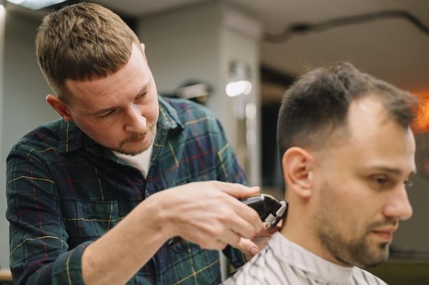 Widok z przodu hairstilyst daje fryzurę