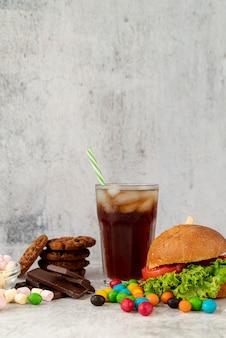 Widok z przodu hamburger ze słodyczami
