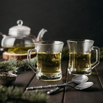 Widok z przodu herbaty w szklankach z łyżeczkami