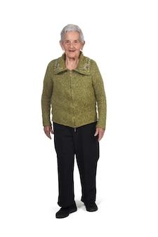 Widok z przodu i chodzenie starej kobiety na białej ścianie