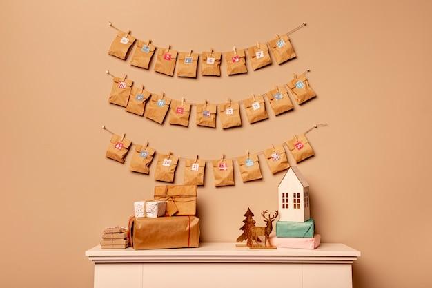 Widok z przodu kalendarza adwentowego na ścianie w stylu papieru