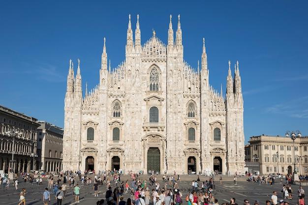 Widok z przodu katedry w mediolanie. mediolan to drugie pod względem liczby ludności miasto we włoszech i stolica lombardii.