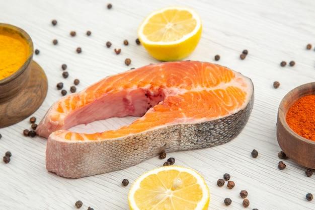 Widok z przodu kawałek surowego mięsa z przyprawami na białym tle mięso żebro jedzenie posiłek danie zwierzęce