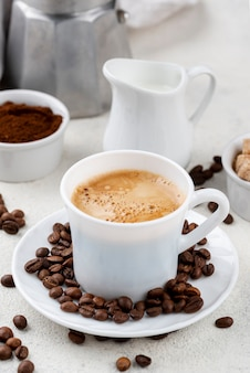 Widok z przodu kawy i ziaren