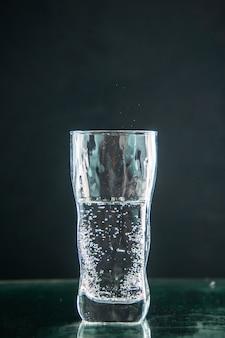 Widok z przodu kieliszek sody na ciemnym napoju zdjęcie kolor szampana świąteczny alkohol