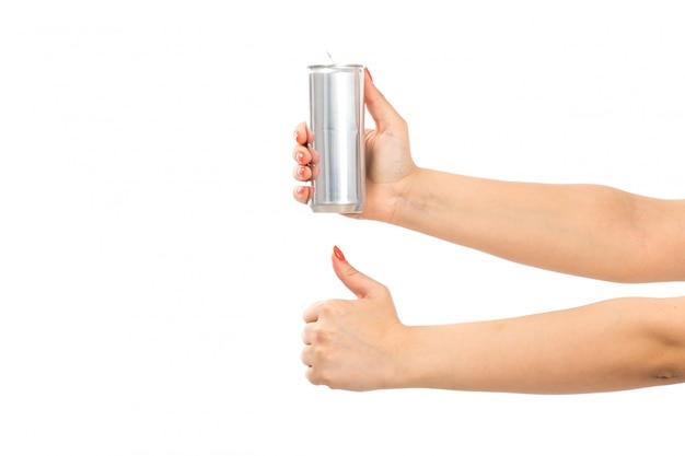 Widok z przodu kobiecej dłoni trzymającej srebrną puszkę na białym