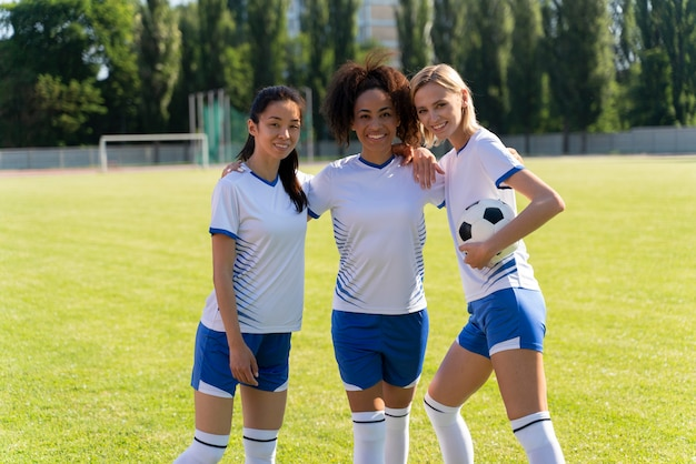 Widok z przodu kobiecej drużyny piłkarskiej pozowanie