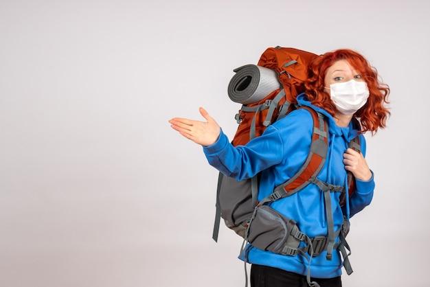 Widok z przodu kobiet turystycznych udających się na wycieczkę górską z plecakiem