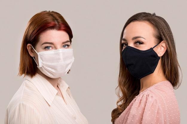 Widok z przodu kobiet z koncepcją maski na twarz