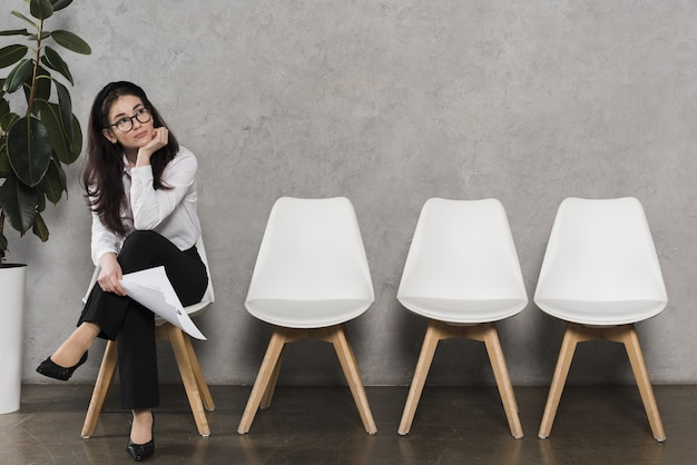 Widok z przodu kobieta czeka na rozmowę kwalifikacyjną