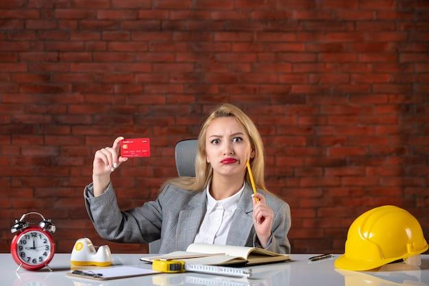 Widok z przodu kobieta inżynier siedzi za swoim miejscem pracy