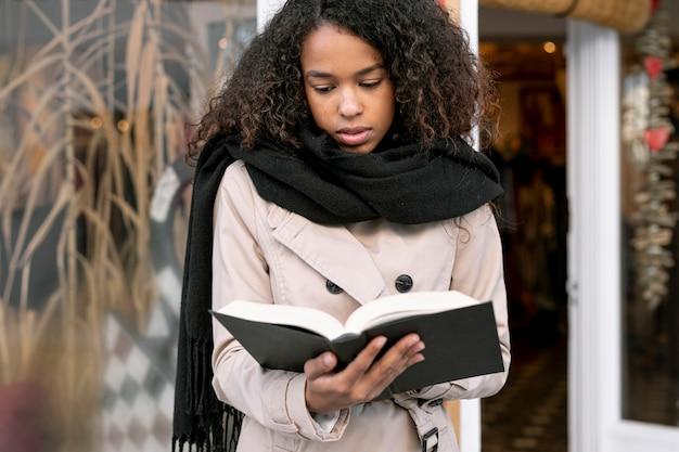 Widok z przodu kobieta kręcone czytanie poza