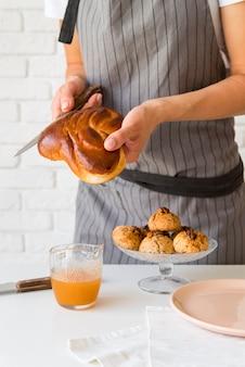 Widok z przodu kobieta krojenia chleba