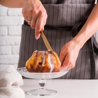 Widok z przodu kobieta krojenie ciasta funtowego