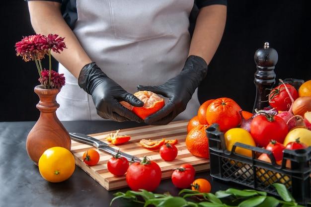 Widok z przodu kobieta kucharz czyszczenie mandarynek w ciemności gotowanie sałatka zdrowie dieta warzywo posiłek jedzenie owoc praca