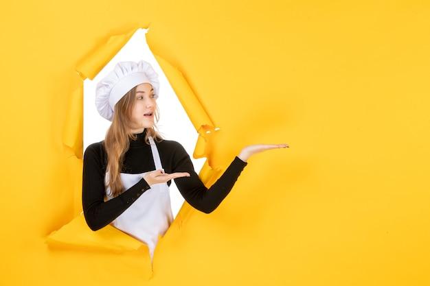 Widok z przodu kobieta kucharz na żółtej kuchni jedzenie kuchnia praca kolor papier słońce