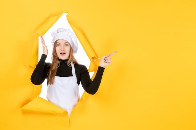 Widok z przodu kobieta kucharz na żółtej kuchni zdjęcie jedzenie kuchnia praca kolor papier słońce