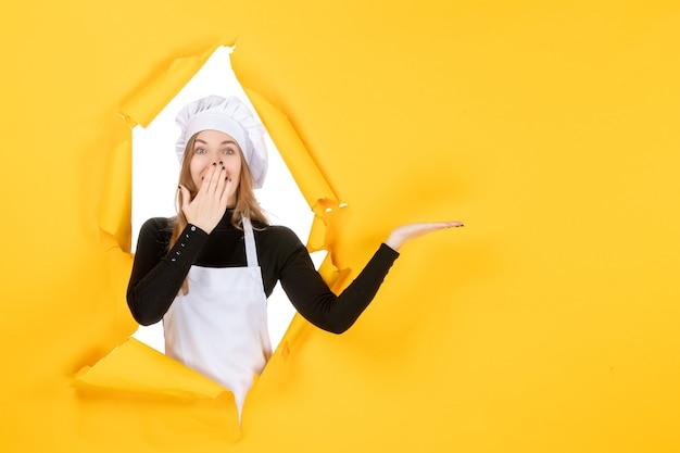 Widok z przodu kobieta kucharz na żółtej kuchni zdjęcie jedzenie praca kolor papierowa kuchnia słoneczna