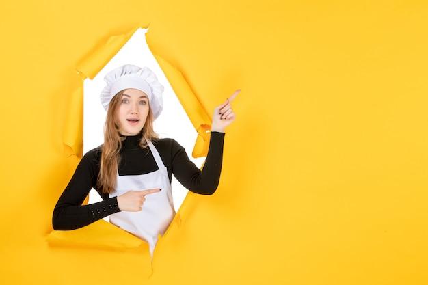 Widok z przodu kobieta kucharz na żółtym kuchennym zdjęciu słońce emocja kuchnia praca kolor papieru