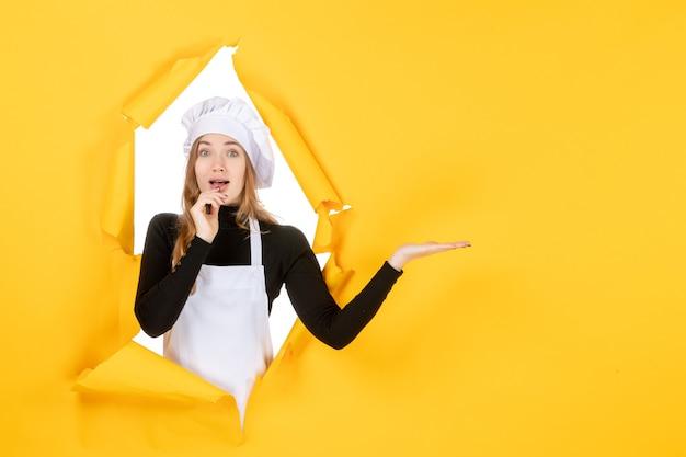 Widok z przodu kobieta kucharz na żółtym słońcu kuchnia zdjęcie praca kolor papieru kuchnia
